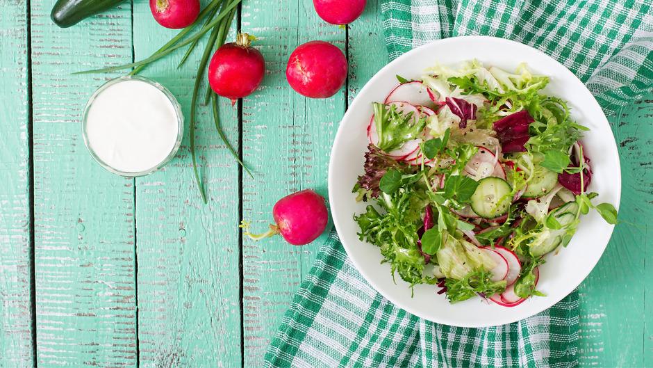 Bitte zugreifen! Radieschen, Salat, Kräuter, Gurken – der Frühling bietet eine bunte Mischung an köstlichen Lebensmitteln.
