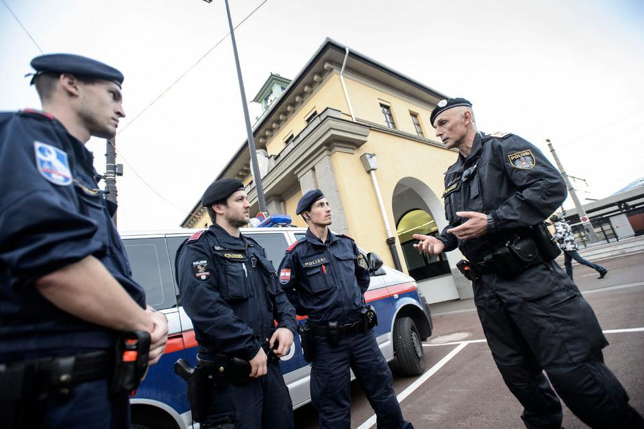Inspektionskommandant Herbert Haselwanter (rechts) bei der Abschlussbesprechung der sicherheitspolizeilichen Schwerpunktkontrolle. Mit zehn Polizisten wurden der Bahnhofsbereich, der Busbahnhof, die umliegenden Straßen und ein Wettlokal kontrolliert.