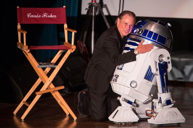 R2-D2 trat bei der Gedenkfeier auf und bekam eine Umarmung von Tod Reynolds, dem Sohn von Debbie und Bruder Carrie Fishers.