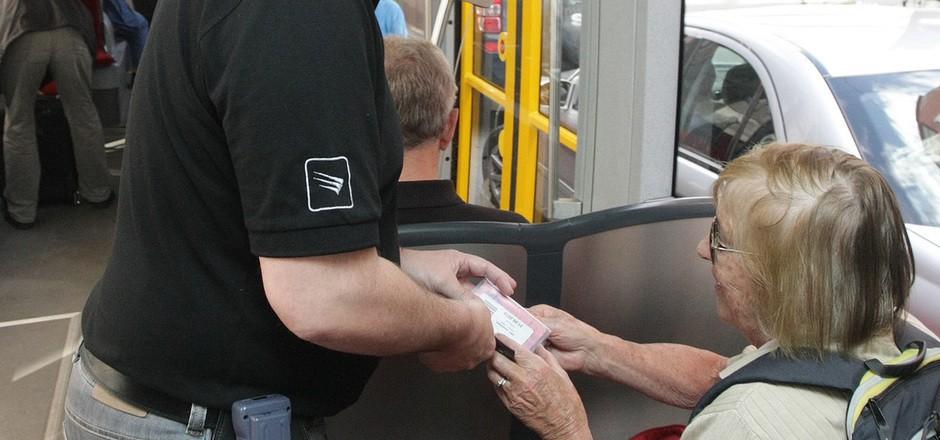Ab 1. Juni wird Bus- und Bahnfahren in Tirol für viele Fahrgäste günstiger. Schwarz-Grün lanciert unter anderem ein Tirolticket um 490 Euro.