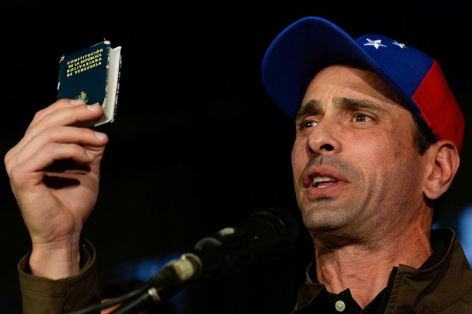 Henrique Capriles hält eine kleine Kopie der Verfassung in die Höhe.