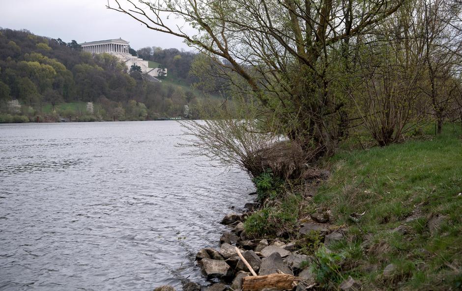 Eine Spaziergängerin hatte am Freitagmorgen um 8.10 Uhr eine Leiche auf der Donau in Regensburg treiben sehen und die Einsatzkräfte alarmiert.