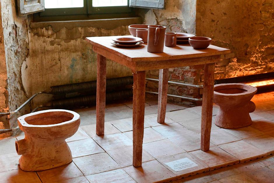 Zu sehen sind die Kuhdung-Produkte im Museo della merda in Castelbosco.