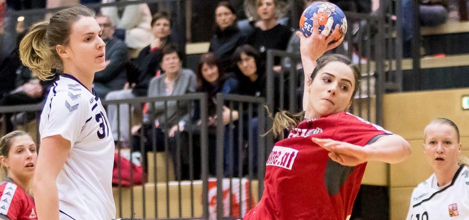 """Die 21-jährige Josefine """"Fine"""" Huber (rot) wird sich künftig beim deutschen Handball-Meister Thüringer HC ins Zeug legen."""