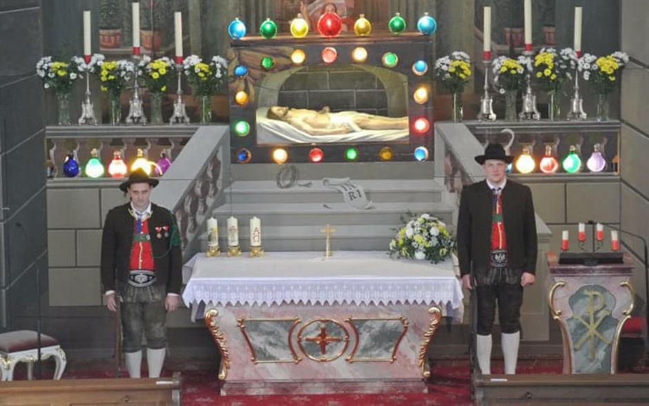 Zwei Schützen bewachen das Ostergrab jedes Jahr in der Pfarrkirche St. Johann.