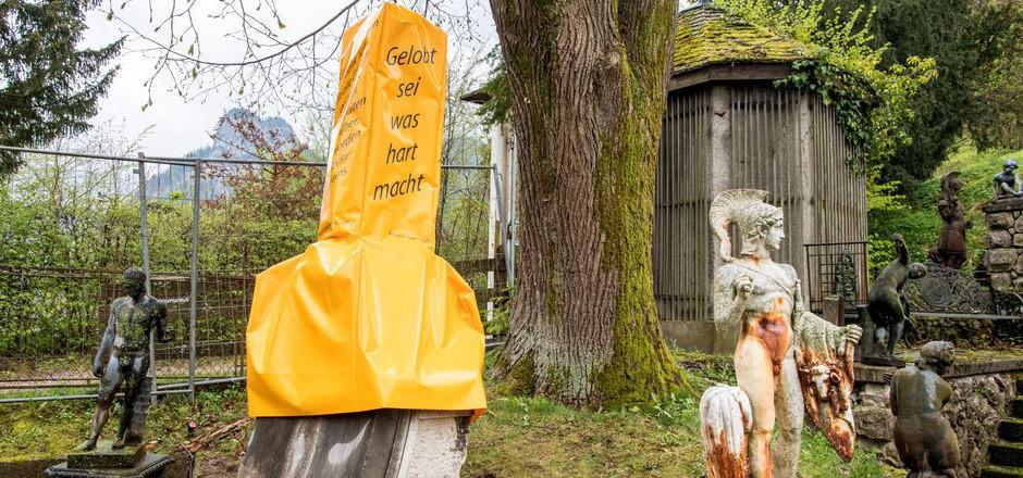 Ein gelber Sichtschutz verhüllt den riesigen Phallus, damit Gläubige sich beim Gebet nicht gestört fühlen.
