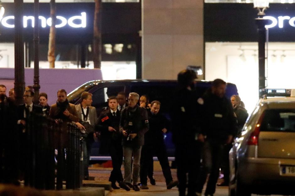 Polizisten am Donnerstagabend auf der Champs Elysees in Paris.