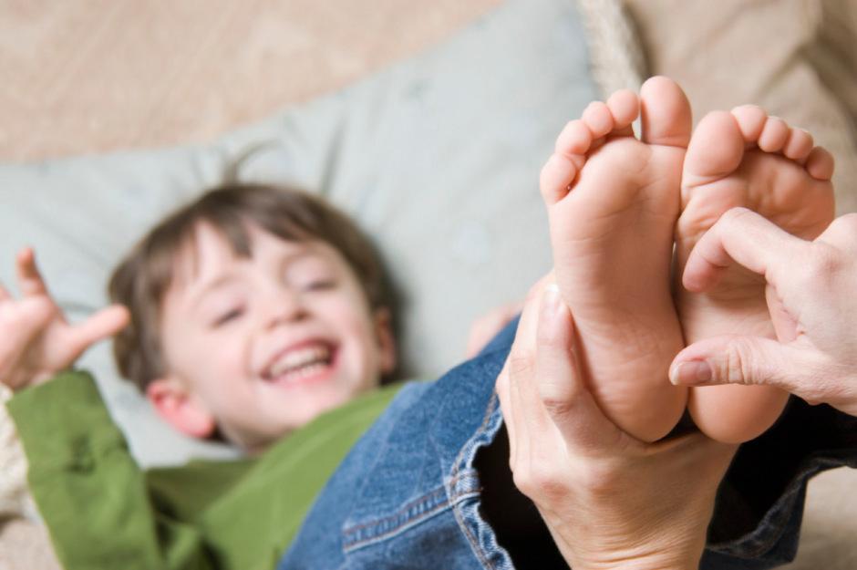 Menschen sind dort besonders kitzlig, wo sich viele Rezeptoren befinden, die – zum Schutz vor Gefahren wie Insektenstiche – jede Berührung registrieren. Zu diesen empfindsamen Stellen gehören in erster Linie die Fußsohlen.
