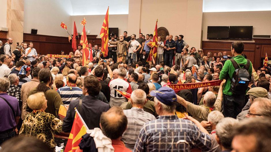 Chaotisch war die Situation am Donnerstagabend im mazedonischen Parlament.