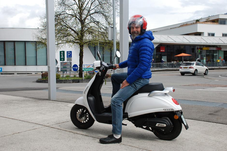 Schon nach der ersten Proberunde mit dem E-Moped ist Besitzer Helmut Hein restlos begeistert.