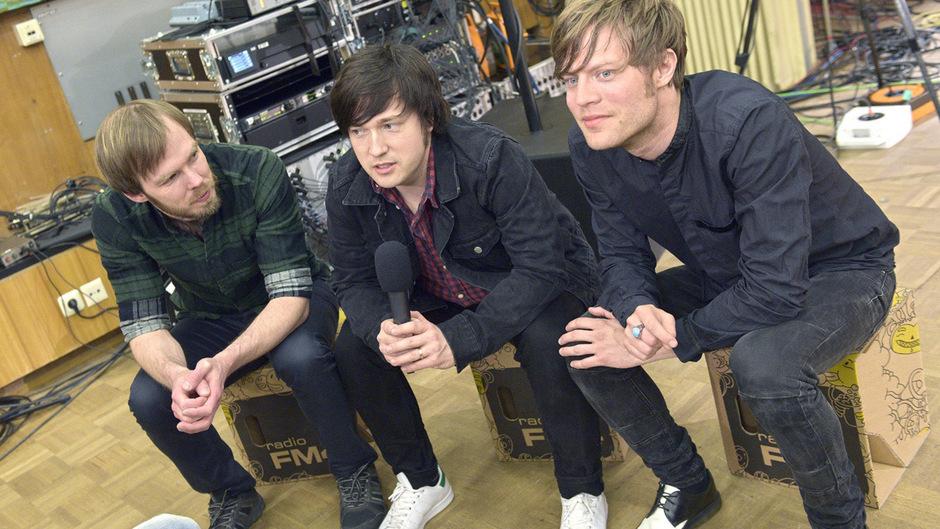 Die Mitglieder der schwedischen Musikband Mando Diao (v.l.): Daniel Haglund, Carl-Johan Fogelklou und Björn Dixgard.