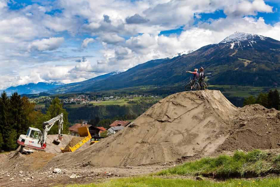 """Die Welt liegt den Mountainbikern im """"Bikepark Innsbruck"""" in Mutters zu Füßen. Seit einigen Tagen laufen die Bauarbeiten."""