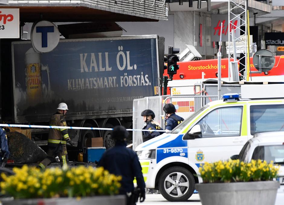 Der Lastwagen raste zunächst in eine Menschenmenge und dann in ein Kaufhaus.