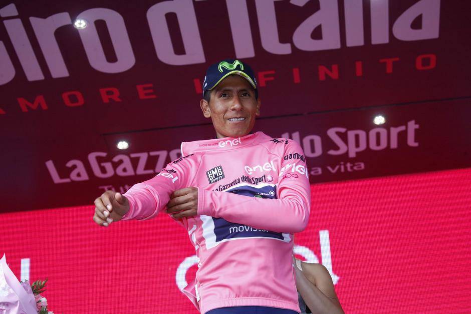 Nairo Quintana streifte sich nach seinem Sieg in Blockhaus das Rosa Trikot über.