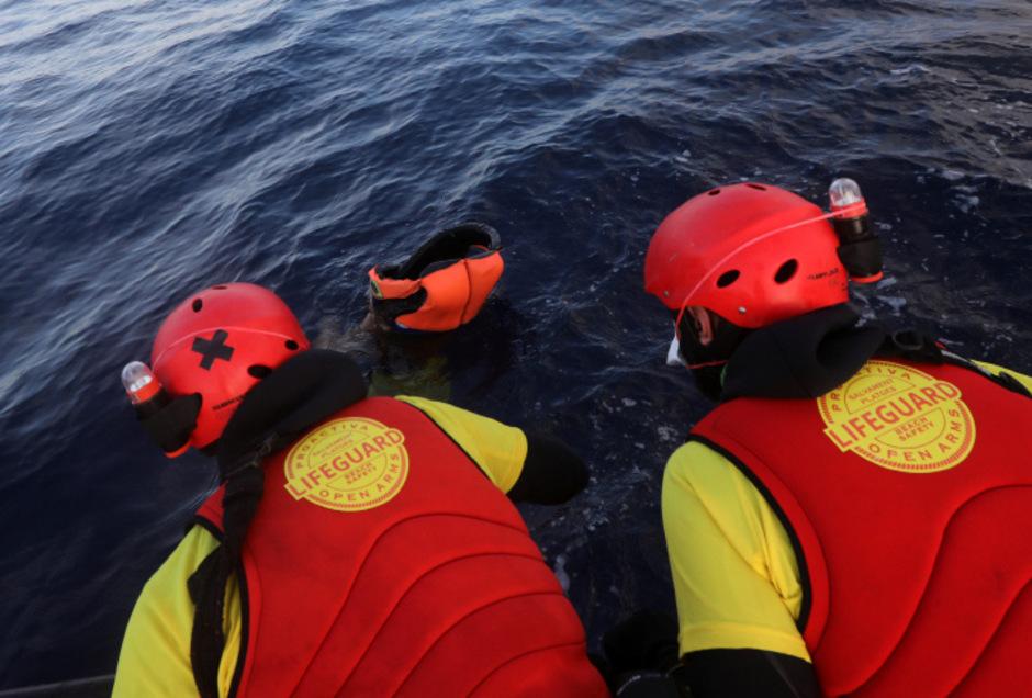 """Helfer der spanischen NGO """"Proactiva Open Arms"""" bei einem Rettungseinsatz im Mittelmeer."""