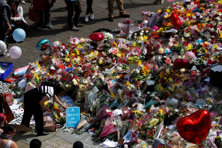 Ein Meer aus Blumen in Gedenken an die 22 Todesopfer und knapp 60 Verletzten.