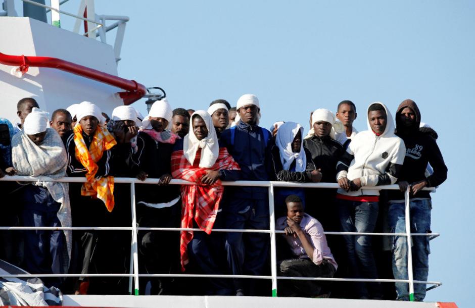 Flüchtlinge bei der Ankunft im Hafen von Neapel mit einem Schiff der Hilfsorganisation Ärzte ohne Grenzen.