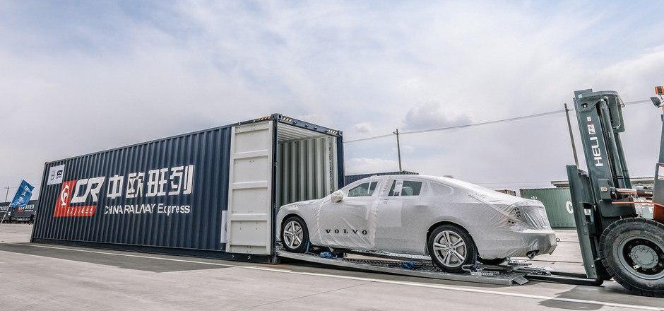 Ein Zug-Container fasst je drei Fahrzeuge, ein ganzer Zug kann gut 225 Autos transportieren.