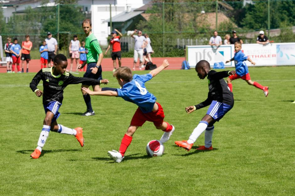 Wenn die Kleinen die Großen ärgern: Die U11 des EN St. Avold aus der französischen Provinz (Mitte) rang dem FC Chelsea ein Remis ab.