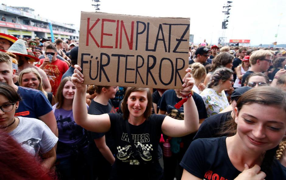 Die Fans machten deutlich, was sie von den Terrordrohungen hielten.