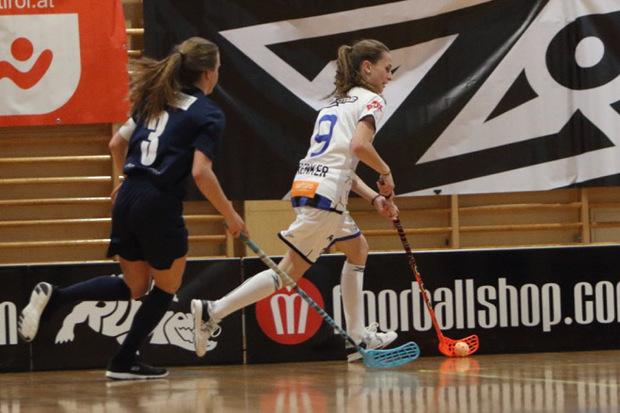 Anders als beim Hallen-Hockey darf beim Floorball hinter den Toren weitergespielt werden.