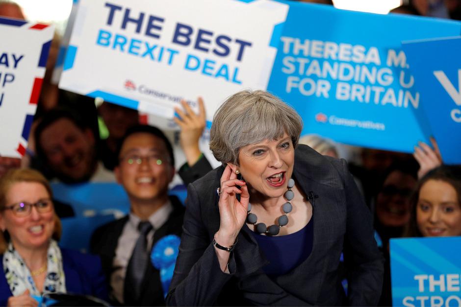 """Premierministerin Theresa May griff am Freitag zu Kraftausdrücken: Sie habe die """"Eier"""" in der Hose gehabt, eine vorgezogene Parlamentswahl anzusetzen."""