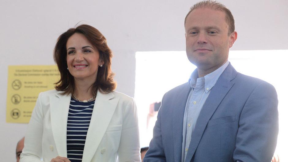 Maltas Premier Joseph Muscat mit seiner Frau  Michelle bei der Stimmabgabe.