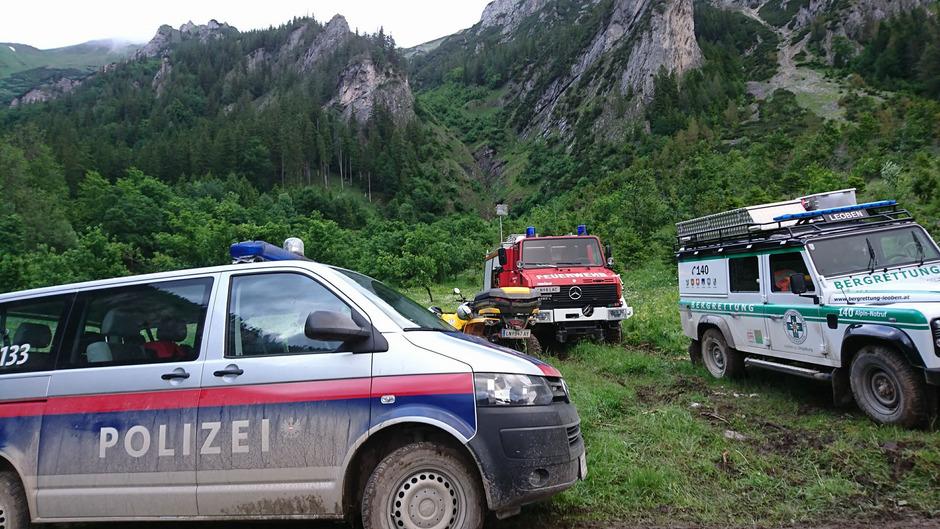 Einsatzfahrzeuge am Unglücksort in den Eisenerzer Alpen.