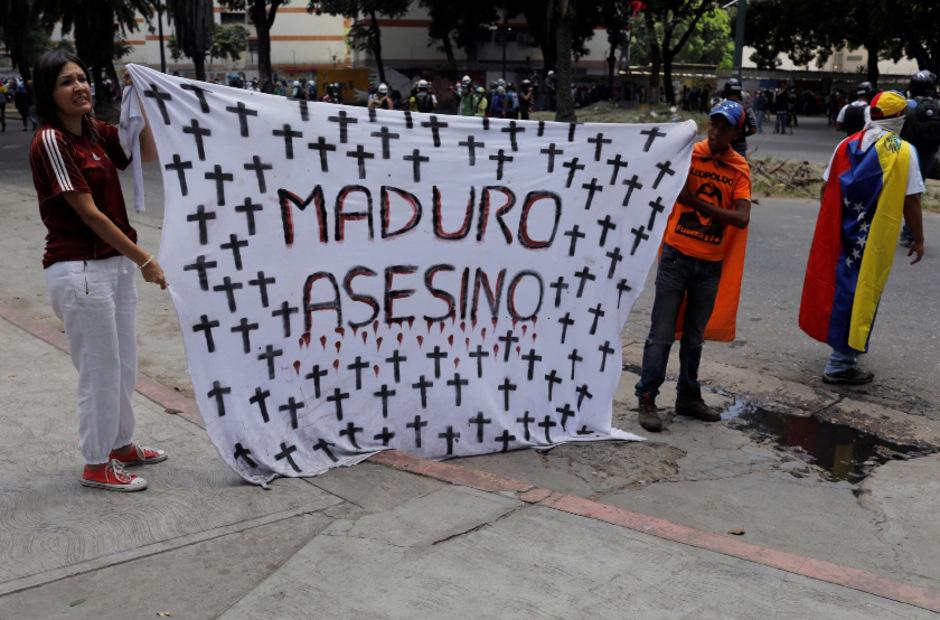 """""""Maduro Mörder"""" steht auf dem Transparent dieser Demonstranten."""