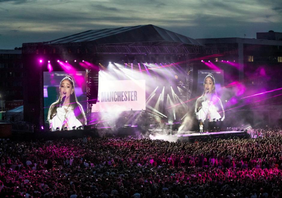 Ariana Grande rührte das Publikum und war selbst den Tränen manchmal mahr als nahe.