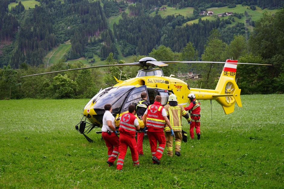 Der Lenker und sein Beifahrer wurden mit Notarzthubschraubern in die Klinik nach Innsbruck gebracht.