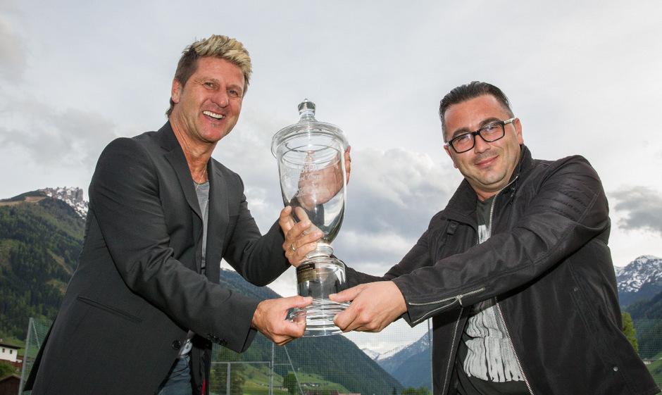 Wer greift sich den Pokal? Kitzbühel-Coach Alex Markl (l.) oder Wörgls Denis Husic.