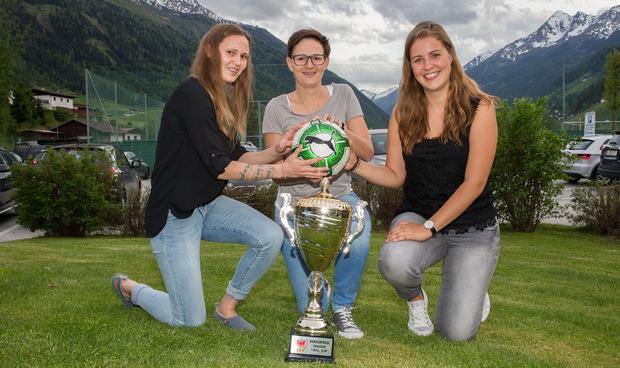 Strahlen dem Damen-Cupfinale im Stubaital entgegen: Schwoich-Spielerin Claudia Kendlbacher (l.) trifft am Montag auf das Neustift-Duo Anna Öggl und Elisabeth Duftner (r.).