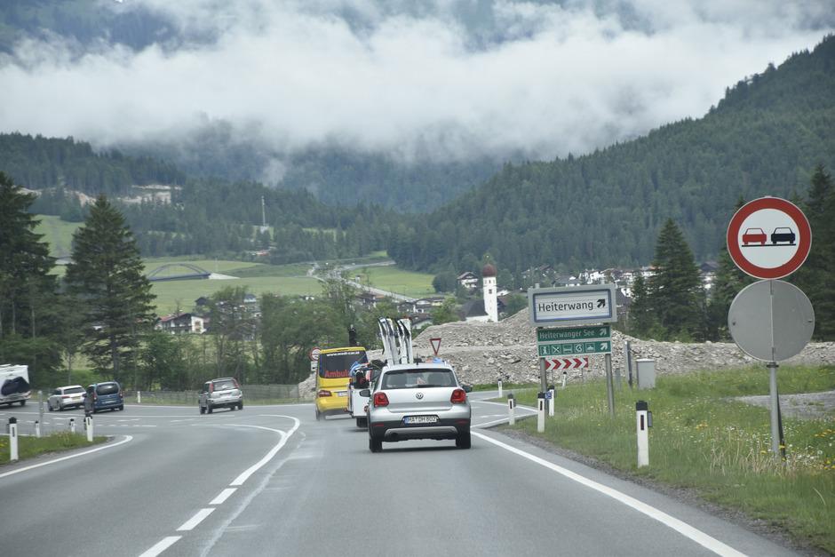 Auch am Pfingstwochenende rollte der dichte Urlauberverkehr entlang der Umfahrung und ihren beiden Tunnels an Heiterwang vorbei.