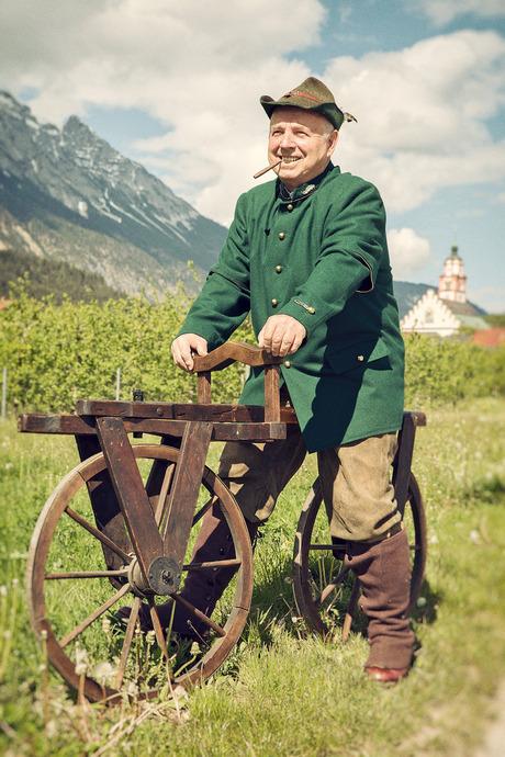 In Absam erwacht die Frühgeschichte des Fahrrads zum Leben: Der Radfahrverein Halltal ÖAMTC – im Bild der frühere Obmann Fredl Wirtenberger – lädt zur Jubiläumsfahrt.