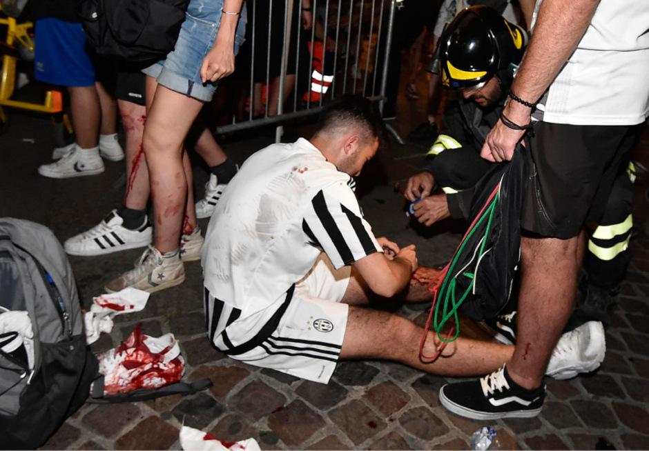 Zahlreiche Fußballfans erlitten bei der Panik am Piazza San Carlo Schnittwunden und mussten behandelt werden.