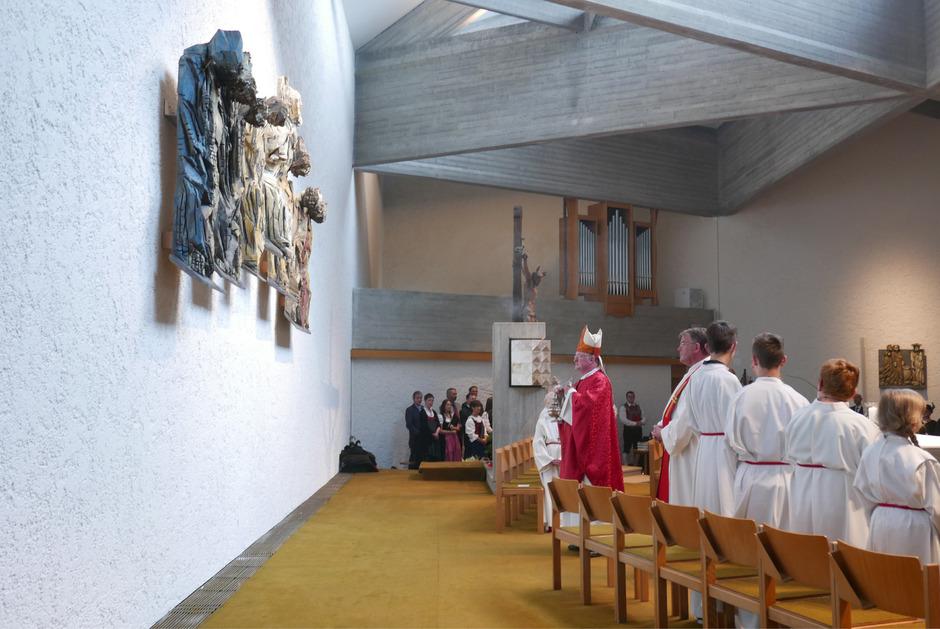 Bischof Manfred Scheuer segnet das neue Altarbildnis. Es kommt in der modernen Architektur der Pfarrkirche Debant besonders gut zur Geltung.
