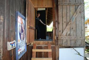 """Der Künstler und der """"Geheimgang""""! Vom Balkon des Bauernhofs führt ein direkter Weg zum """"Steudltenn""""-Theatersaal."""