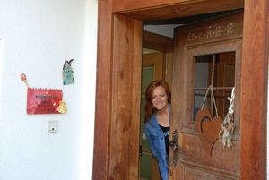 """""""Griaß di!"""" – Barbara Abendstein öffnete selbst die alte Haustüre. """"Ich wohne gerne im alten Bauernhaus"""", betonte sie beim Rundgang."""