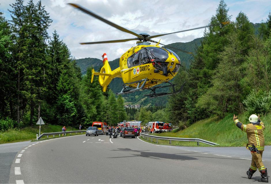 Ein Rettungshubschrauber im Einsatz nach einem Motorrad-Unfall zwischen Oetz und Tumpen.