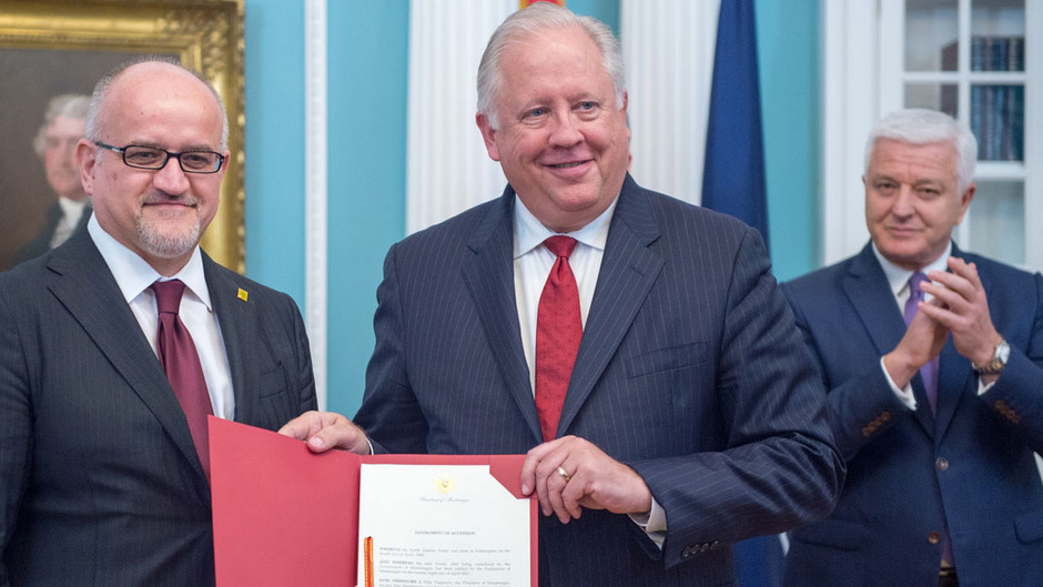 Montenegros Außenminister Srdjan Darmanovic (links) überreichte am Montag in Washington die Beitrittsdokumente.