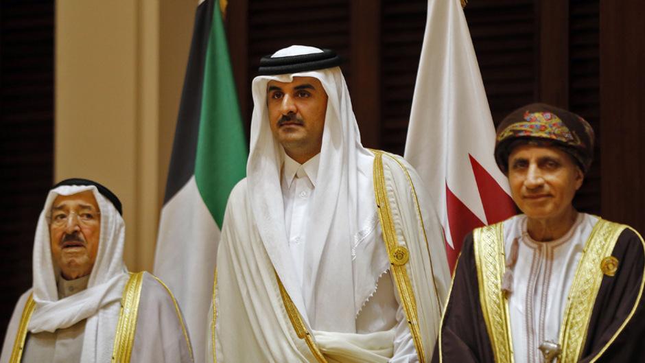 Die Hoffnungen von Katars Emir Al-Thani (Mitte) ruhen auf Kuwaits Scheich Sabah al-Salim al-Sabah (l.). Dieser ist um Vermittlung in der Krise bemüht.