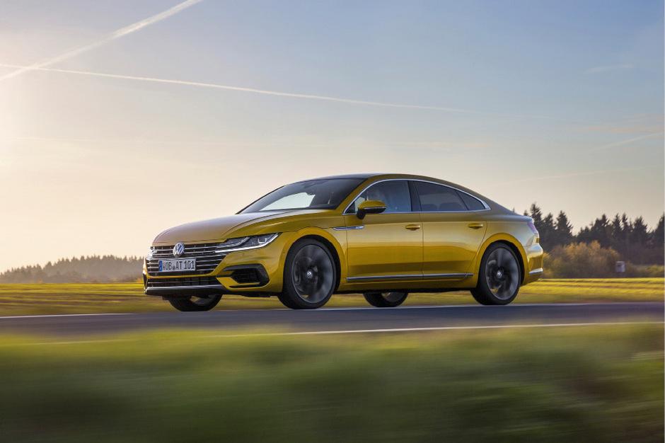 """Mit dem Arteon hat Volkswagen ein elegantes fünftüriges Coupé kreiert, das bei uns ab 23. Juni am Markt ist und vorläufig ab 42.990 Euro angeboten wird. Im Herbst folgt ein Einstiegsmodell, das noch etwas günstiger sein wird.<span class=""""TT11_Fotohinweis"""">Foto: Werk</span>"""