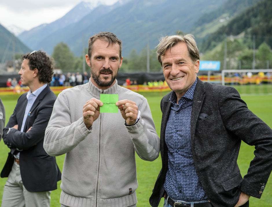 Schritten zur Auslosung des 43. TT-Miniknabenturniers – TT-Sportchef Florian Madl (l.) und TFV-Präsident Sepp Geisler.