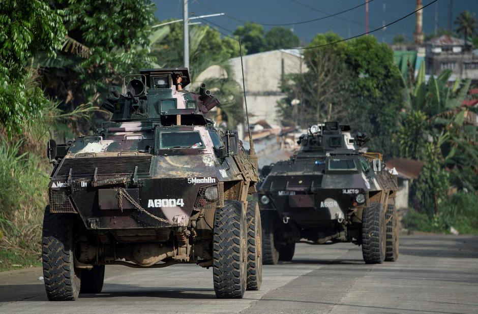 Panzer fahren durch Marawi.