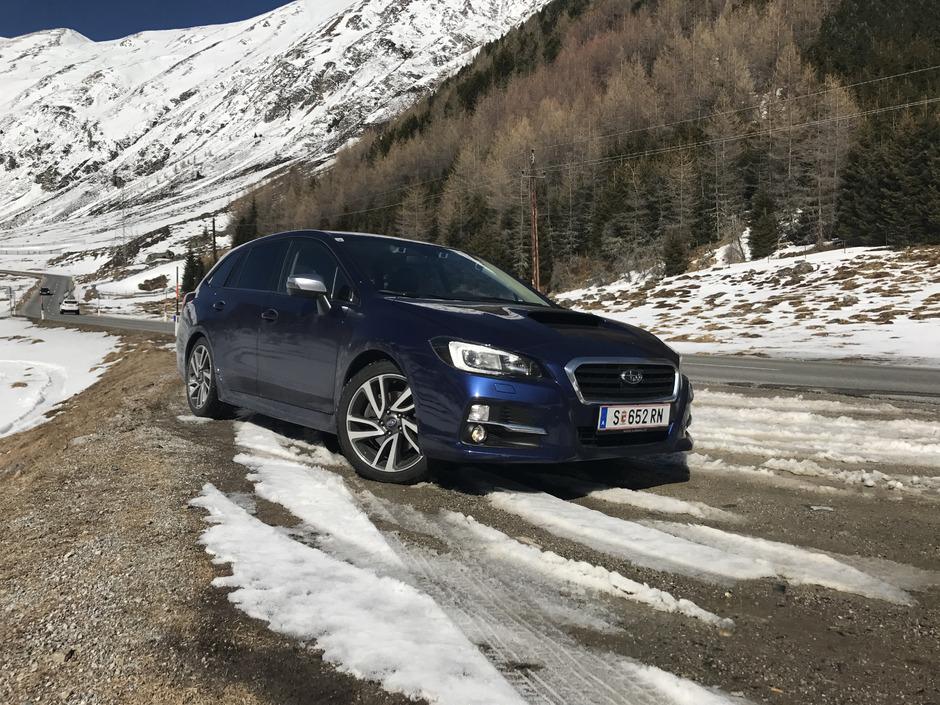 Das Blechkleid des Subaru Levorg sorgt schon im Stand für Aufsehen. Dafür ist in erster Linie der Power-Dome in der Motorhaube verantwortlich.