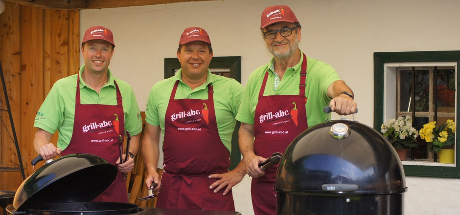 Franz Größing (r.) mit zwei seiner Teamkollegen: Enrico Kortschak (l.) und Peter Erber. Die drei Männer sind Griller aus Leidenschaft.