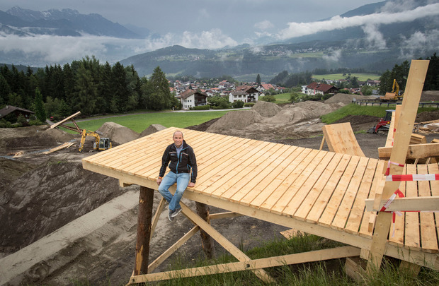 Muttereralmbahn-Geschäftsführer Werner Millinger sitzt auf der Startplattform.
