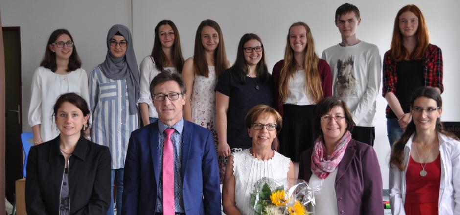Christiane Racz-Mair (Organisatorin), Werner Hohenrainer, Direktor HAK/HLW, BRG-Direktorin Brigitte Jaindl, Michaela Perktold (Freiwilligenzentrum) und Regina Kerle von der Caritas (vorne, v.l.) zollten den Jugendlichen großen Respekt für ihr Engagement.