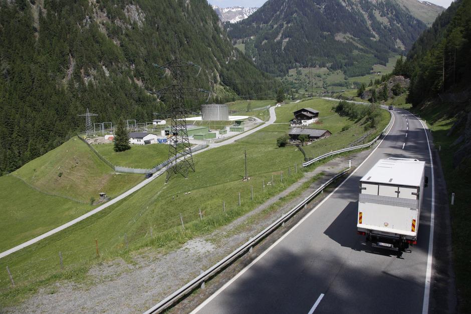 Das Matreier Tauerntal mit Felbertauernstraße, Stromleitung und der Pumpstation Gruben der Transalpinen Ölleitung, die Seveso-3-Gebiet ist. Hier soll das neue Kraftwerk entstehen.